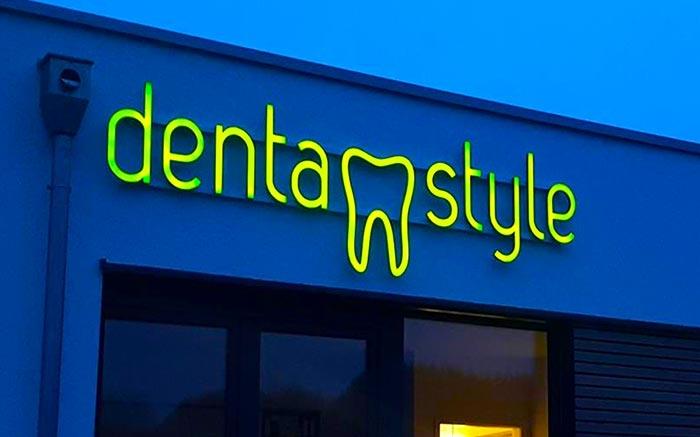 Lichtwerbung mit 3D Buchstaben für Zahnarzt